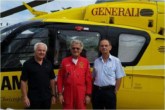 Die allererste Crew von Christophorus 2 traf sich 30 Jahre nach Indienststellung des Helikopters erneut, von links nach rechts: Sanitäter Heinz Stiegler,  Cpt. Johann-Paul Brunner und Notarzt  Dr. Heinz Martinek