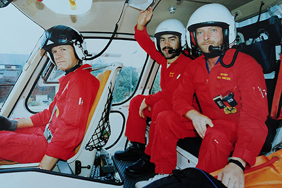 Cpt. Brunner mit Sanitäter Alois Stieger und Notarzt Dr. Heribert Tomiczek im Hubschrauber