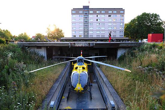 Mit einem Knopfdruck wird der Helikopter aus dem Hangar heraus- und hochgefahren