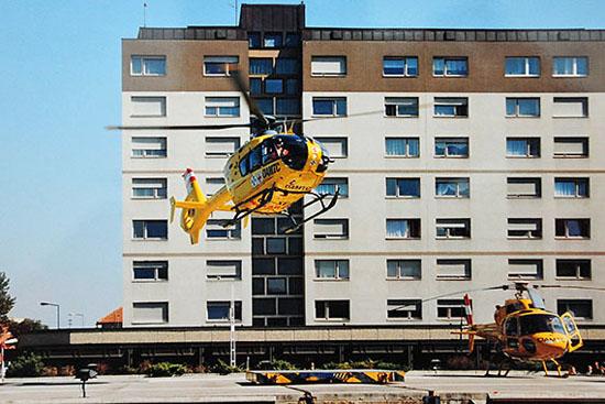 EC-135 (links) und Ecureuil auf der Landeplattform vor dem Krankenhaus Krems