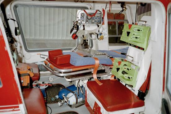 Die Platzverhältnisse in der A109 waren für einen ITH eher beengt. Die Patiententrage reicht mit dem Fußraum bis vorne ins Cockpit hinein