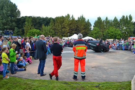 Mit zwei Übungen demonstrierten die örtlichen Rettungsorganisationen, die Feuerwehr und das THW ihr Können (hier zu sehen: die Rettung von Pkw-Insassen)