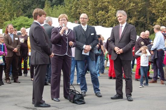Eröffneten gemeinsam den Tag der offenen Tür: Frau Susanne Matzke-Ahl, Geschäftsführerin der ADAC Luftrettung gGmbH, und Michael Makiolla, Landrat des Kreises Unna (ganz rechts)
