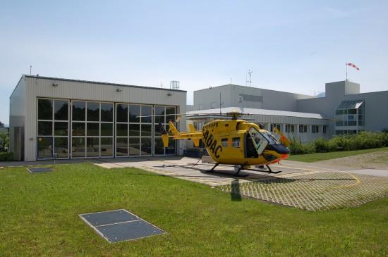 """Ein gewohntes Bild: die gelbe ADAC-Maschine vom Typ BK 117 vor der Station an der BGU Murnau – hier jedoch mit einer Ersatzmaschine """"D-HDPS"""""""