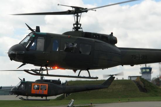 Zwei Bell UH-1D kurz nach dem Start zu einem Übungsflug