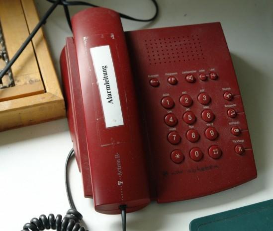 """Das """"rote Telefon"""" über welches die Alarmierung des SAR-Teams erfolgt"""