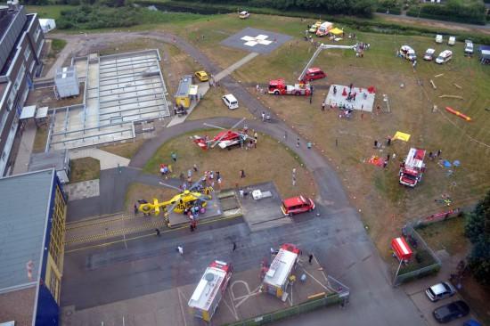 Aus luftiger Höhe I: das Veranstaltungsgelände am Klinikum Links der Weser mit beiden Luftrettungsmitteln (links oben der ADAC-Stand)
