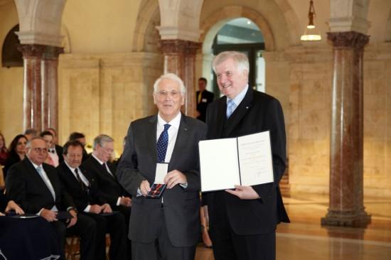Auszeichnung für ein Lebenswerk: 2012 verleiht Ministerpräsident Horst Seehofer das Bundesverdienstkreuz an Dr. med. Erwin Stolpe