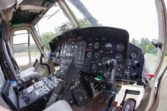 Ohne viel Monitore, trotzdem funktionell - das Cockpit der Bell 412, hier die Einsatzmaschine mit Kennung D-HHAA.