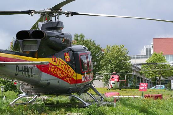 """Für den """"Dual-Use""""-Betrieb besser geeignet: die BK 117 (im Hintergrund). Sie löste an der HDM-Station in Regensburg schnell die Bell 412 als Standardhubschraubertyp ab."""