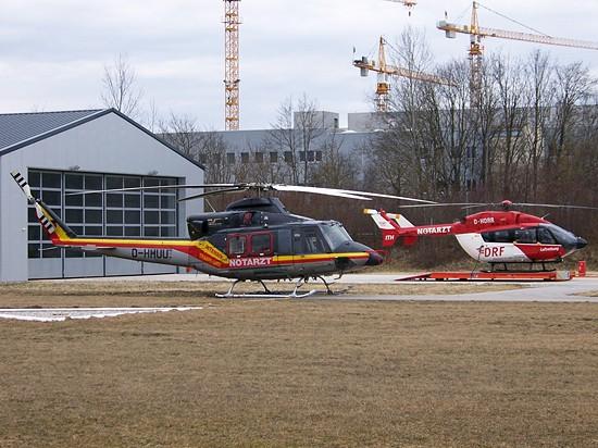 Wechsel in der Bayerischen Landeshauptstadt im Herbst 2003: Die Bell 412 D-HHUU im HDM-Farbkleid macht Platz für die nagelneue EC 145 D-HDRR.