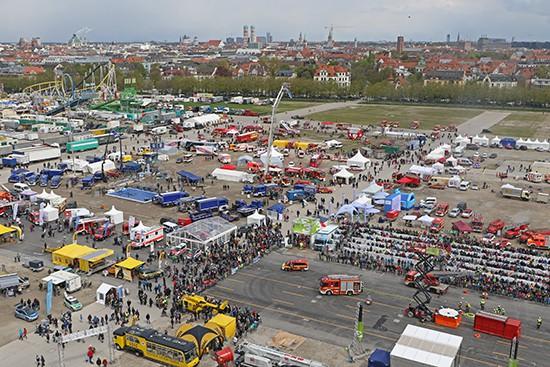 Der Blick von der 53 Meter hohen Hubrettungsbühne der Berufsfeuerwehr München, runter auf das FireTage Festival bei der Theresienwiese war leider nur akkreditierten Pressevertretern vorbehalten