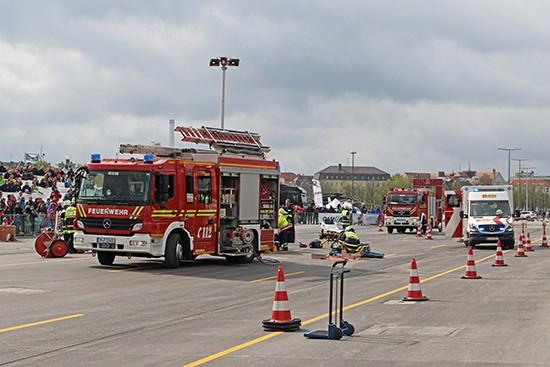 Auf der großen Aktionsfläche wurden stündlich diverse Einsatzszenaren, wie hier bei einem Verkehrsunfall eindrucksstark demonstriert