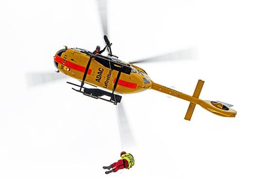 Dazu wurde das Seil auf ca. 70 Meter herabgelassen um den Patienten im Bergesack aufnehmen zu können