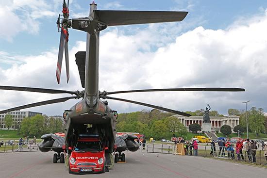 Eine CH 53 GS vom Hubschraubergeschwader 64 (HSG 64) aus Laupheim könnte ohne Mühe sogar wie hier einen Mini transportieren