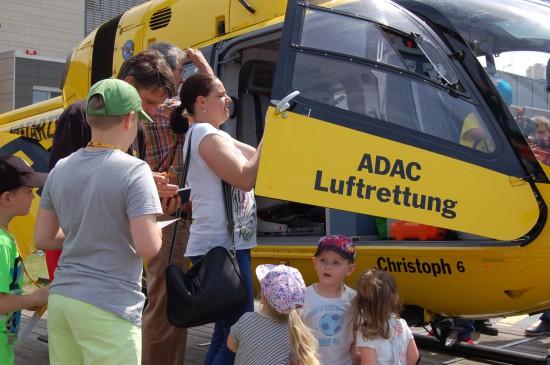 """Immer wieder dicht umringt war der am Klinikum Links der Weser stationierte Rettungshubschrauber """"Christoph 6"""""""