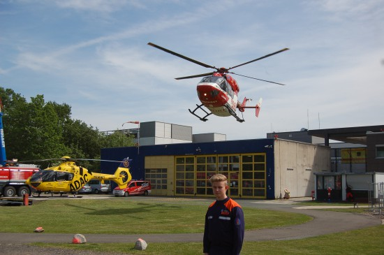 """Um kurz nach 11 Uhr landete der ITH """"Christoph Weser"""" auf seiner geplanten Position – abgesichert von Mitgliedern der Jugendfeuerwehr"""