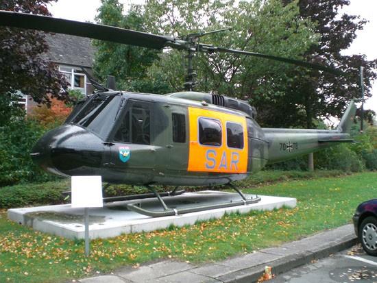 """Seit August 2008 erinnert am Rettungszentrum des Bundeswehrkrankenhauses Hamburg eine äußerlich restaurierte Bell UH-1D an die Ära des """"SAR 71"""""""
