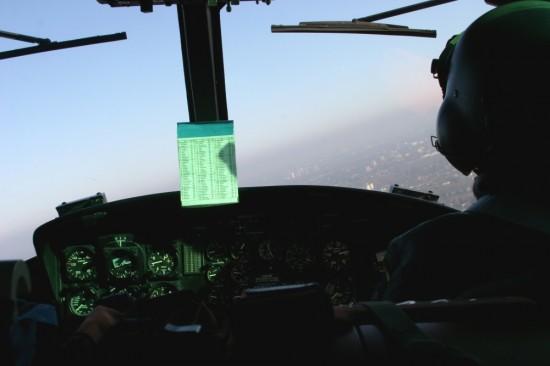 Blick ins Cockpit von SAR 71, der Pilot sitzt rechts, der Bordtechniker links