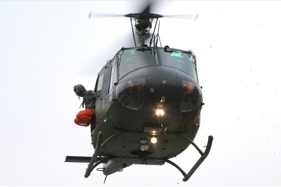 Der Luftrettungsmeister unterstützt den Landevorgang und bedient die Winde
