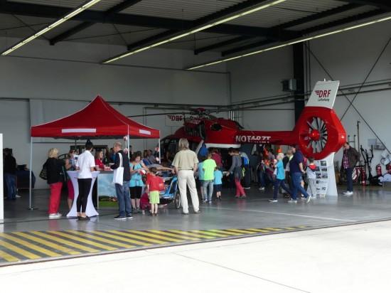 Im Hangar informierte der DRF-Förderverein über die segensreiche Arbeit der Luftretter