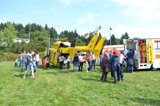 Neben den vier Hubschraubern gab es auch viele bodengebundene Rettungsmittel zu sehen