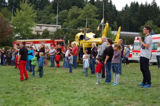"""Als der Polizei-Hubschrauber """"Sperber 1"""" landete, stand er sofort im Fokus der zahlreichen Besucher des """"Tages der offenen Tür"""""""