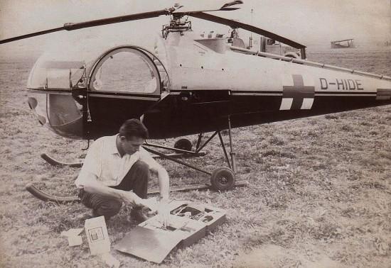 Der vom damals 32-jährigen Arzt und Luftrettungspionier Hans-Werner Feder engagierte Pilot vor dem zweisitzigen Notarzt-Hubschrauber Marke Brantly mit der Kennung D-HIDE