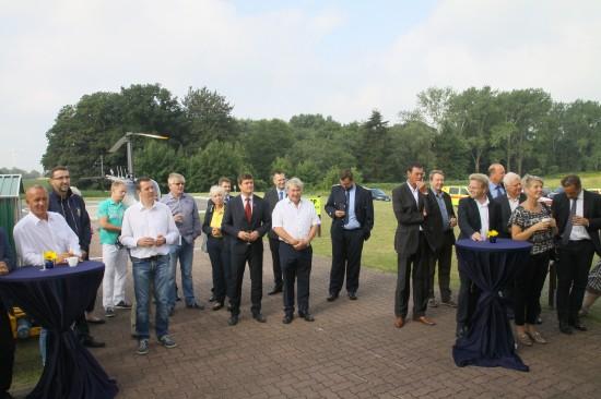 HeliFlight-Geschäftsführer Klaus Gehrmann (Bildmitte) konnte viele Gäste begrüßen