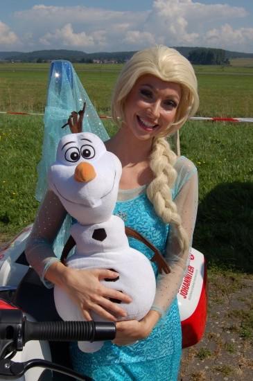 Die Eiskönigin stellte sich mit ihrem Olaf dem Fotografen