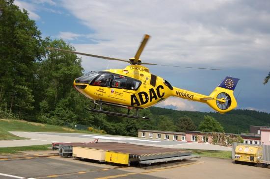 """Im Juni 2017 startete die H135 mit dem Kenner D-HXBB als """"Christoph 25"""" vom jüngst umgebauten Heliport am Diakonie-Klinikum Jung-Stilling in Siegen"""