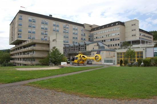 """Am Verbundkrankenhaus Bernkastel-Wittlich, St. Elisabeth-Krankenhaus Wittlich, ist der """"Christoph 10"""" stationiert (hier zu sehen die neue H135 mit dem Kenner D-HXBC)"""