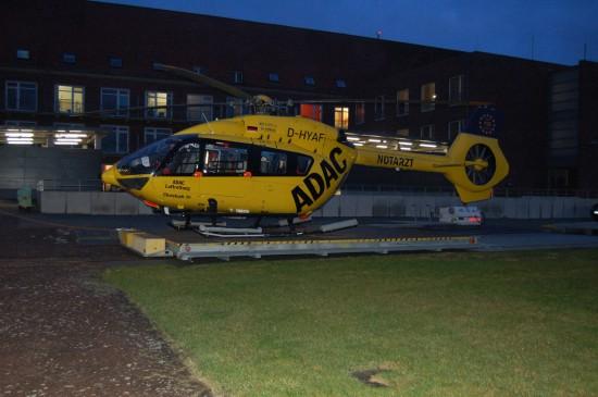"""Der rund um die Uhr fliegende """"Christoph 26"""" aus Sande ist mit Rettungswinde ausgestattet und wird hier gerade in den Hangar gefahren"""