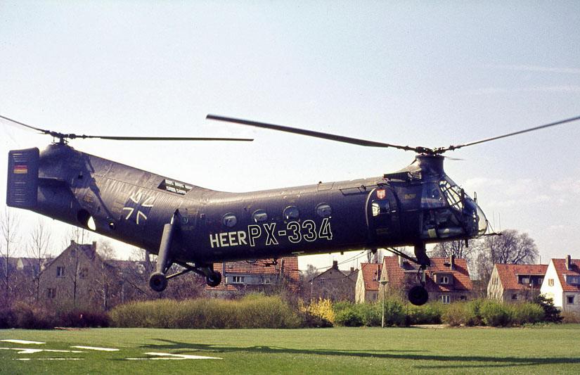 """Flog im Jahr 1968 testweise von der BG Unfallklinik Frankfurt a. M. aus als Rettungshubschrauber: die """"Fliegende Banane"""", eine Boeing-Vertol H-21C der Bundeswehr mit medizinisch(-technisch)em Rüstsatz"""