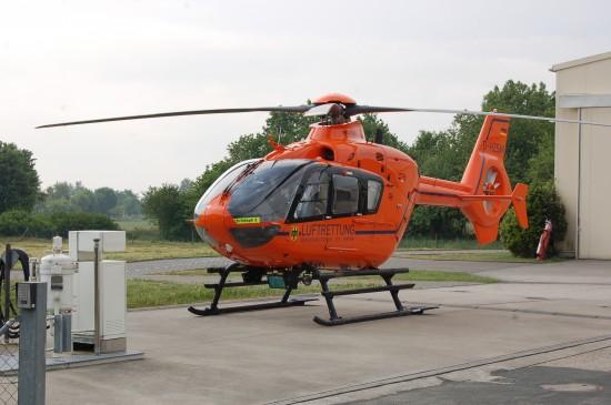 """Zurzeit ist der Frankfurter ZSH """"Christoph 2"""" interimsweise in Friedrichsdorf stationiert, Grund sind Umbauarbeiten an der Luftrettungsstation auf dem Dach der BGU Frankfurt a. M."""