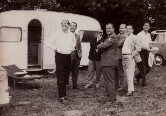 1967 führte Hans-Werner Feder seinen Not-Arzt-Hubschrauber-Testversuch in Anspach durch (mit von der Partie als zweiter von links neben Herrn Feder: Dr. Th. Kunz, Medizinaldirektor der Polizei Frankfurt a. M.)