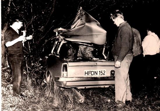 Tödliche Verkehrsunfälle waren Ende der 1960erjahre die Regel, Krankenwagen und Unfallrettungswagen die Ausnahme (hier ein schwerer Verkehrsunfall auf einer Bundesstraße)