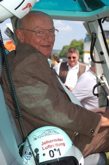 """Hans-Werner Feder 2018 (hier im Cockpit des ITH """"Akkon 89-2"""" der Johanniter Luftrettung, einer AS 365 N3 """"Dauphin"""")"""