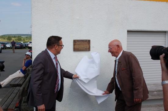 Enthüllten feierlich die Ehrenplakette: Hans-Werner Feder (rechts) und Thomas Pauli (links)