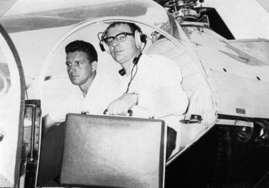 """Hans-Werner Feder 1967 (hier mit seinem Piloten Franz Hartmannsberger im Cockpit des NAH """"Rotkreuz Friedberg 50"""", einer Brantly B2B)"""