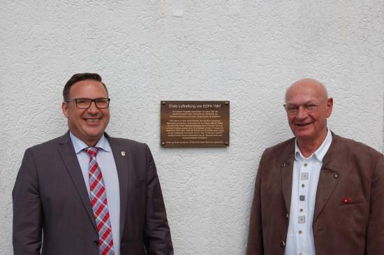 Zusammen mit Neu-Anspachs Bürgermeister Thomas Pauli enthüllte Hans-Werner Feder die Ehrenplakette am Tower des Flugplatzes Anspach/Taunus (EDFA)