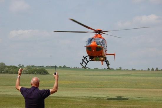 """Als erstes der beiden Hubschrauber traf gegen 13:30 Uhr der ZSH """"Christoph 2"""" ein"""