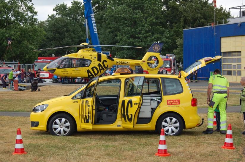 """Der ADAC Weser-Ems war unter anderem mit einem modernen Pannenhilfsfahrzeug vertreten (im Hintergrund ist """"Christoph 6"""" - – ebenfalls vom ADAC – zu sehen)"""