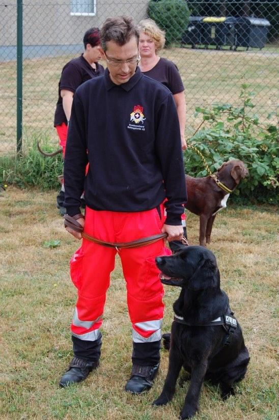 Rettungshund und Hundeführer sind ein eingespieltes Team und beherrschen ihr Können