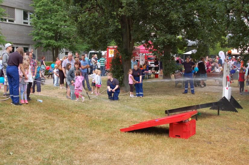 Die Jugendfeuerwehr Bremen klärte über den Brandschutz auf und ließ die Kinder den Umgang mit dem Schlauch üben