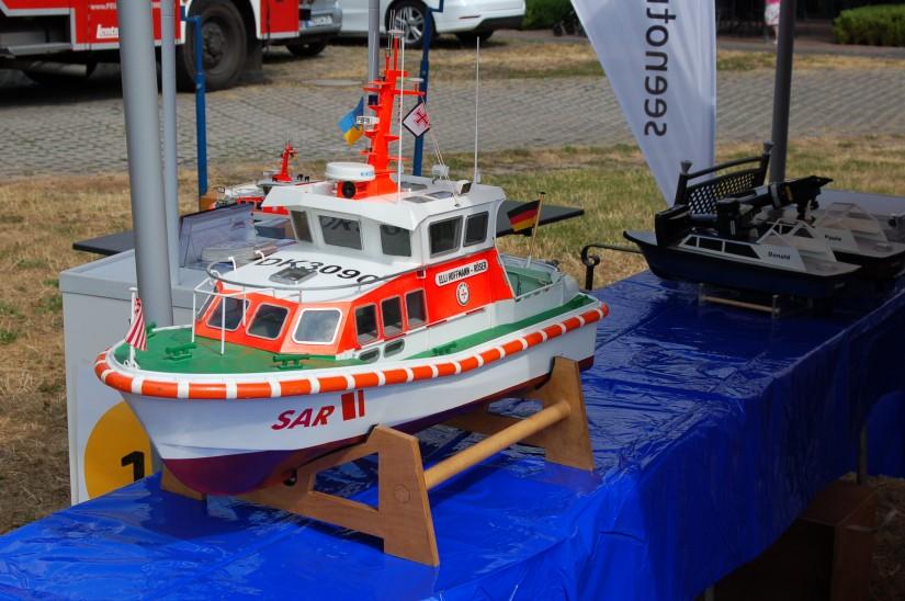 Modellclub und DGzRS präsentierten sich in diesem Jahr erstmals gemeinsam (hier zu sehen eines der schönen selbstgebauten Seenotrettungsboote in miniatura)
