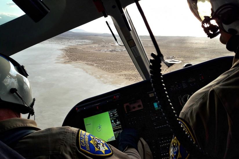 """""""H-82"""" über einem ausgetrocknetem Salzsee im Inland Kaliforniens"""
