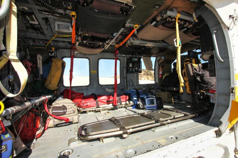 Die Kabine ist für zwei Tragen vorgesehen, kann aber auch zügig zum Transport einer Helitack-Crew umgerüstet werden