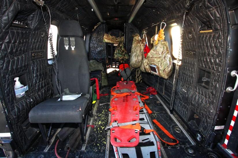 Die großzügige Kabine bietet ausreichend Platz für zwei Tragen und allerlei Ausrüstung.