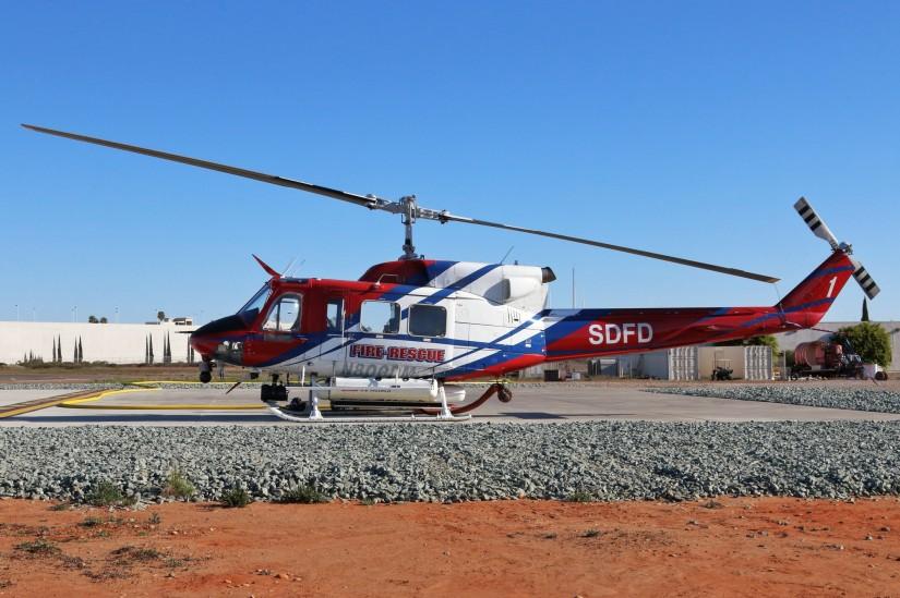Die Bell 212 des SDFD einsatzbereit am Montgomery Field?: Die Simplex-Tanks können entweder durch die im Füllschlauch eingebaute Pumpe direkt aus offenen Gewässern oder über den daneben liegenden Schlauchanschluss von Bodenkräften befüllt werden